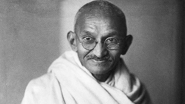 10 fraze pline de intelepciune de la Gandhi